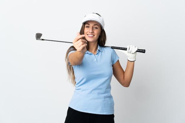 Mulher jovem golfista sobre fundo branco isolado fazendo gesto de dinheiro