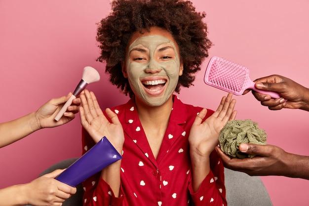 Mulher jovem gosta de spa de beleza em casa sentada em roupão de banho
