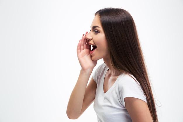 Mulher jovem gritando isolada em um branco
