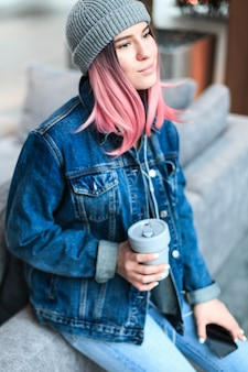 Mulher jovem hippie com cabelo rosa e chapéu