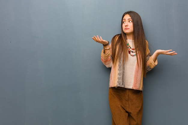 Mulher jovem hippie confusa e duvidosa