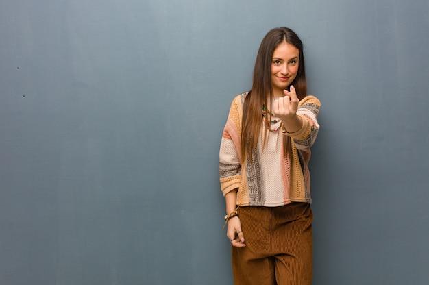 Mulher jovem hippie convidando para vir