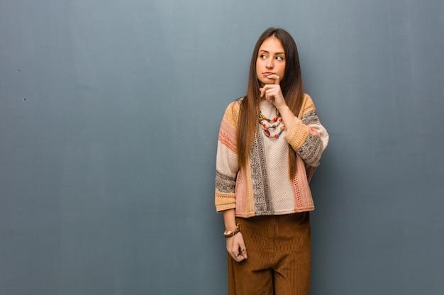 Mulher jovem hippie duvidando e confuso