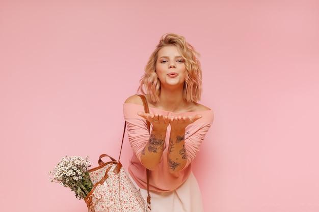 Mulher jovem hippie estudante com cabelos coloridos e tatuagem surpreendente