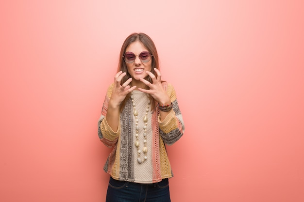 Mulher jovem hippie, irritada e chateada
