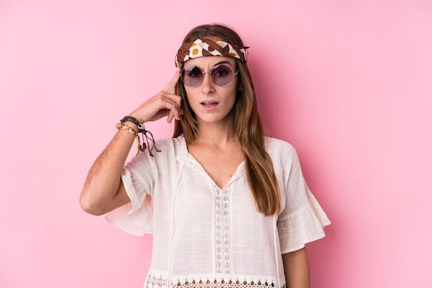 Mulher jovem hippie isolada mostrando um gesto de decepção com o indicador