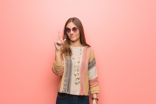 Mulher jovem hippie mostrando o número um