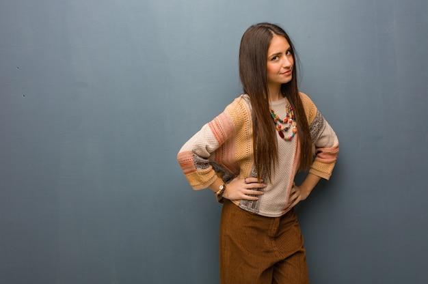 Mulher jovem hippie repreendendo alguém muito zangado