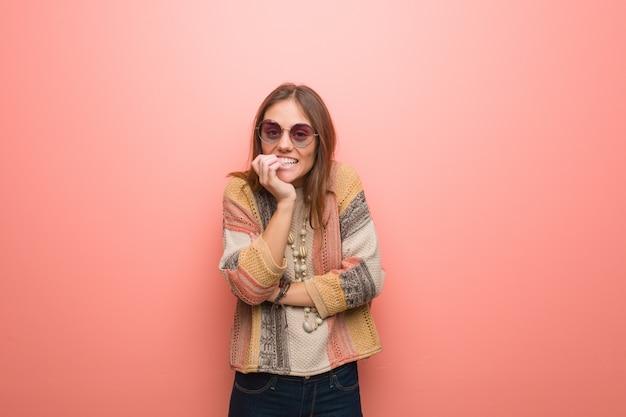 Mulher jovem hippie roer unhas, nervoso e muito ansioso