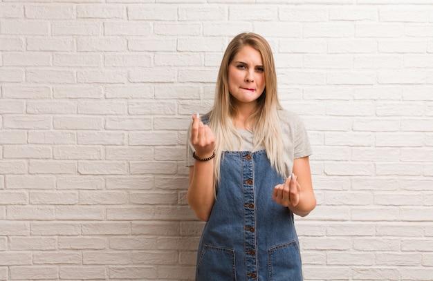 Mulher jovem hippie russa fazendo um gesto de necessidade