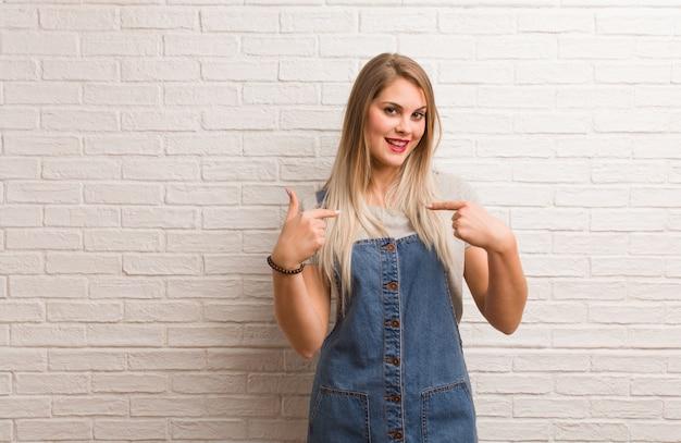 Mulher jovem hippie russa surpreso, sente-se bem sucedido e próspero
