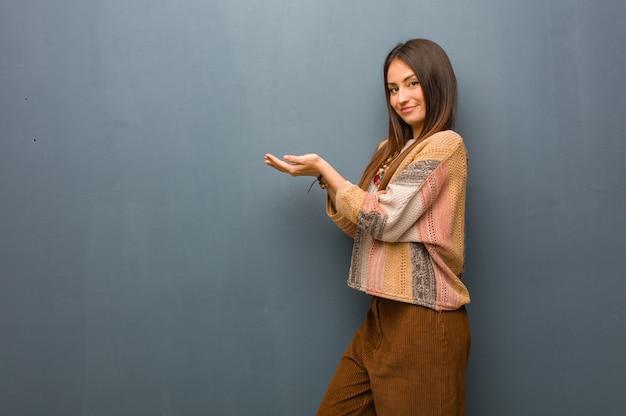 Mulher jovem hippie segurando algo com as mãos