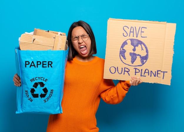 Mulher jovem hispanis. conceito de reciclagem