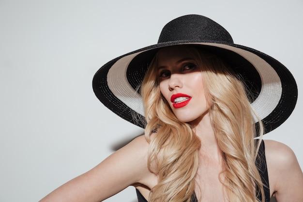 Mulher jovem incrível com lábios maquiagem brilhante