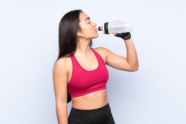 Mulher jovem indiana esporte azul com garrafa de água esportiva