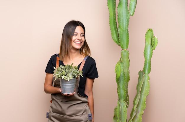 Mulher jovem jardineiro com plantas