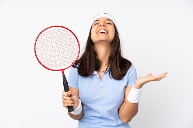 Mulher jovem jogador de badminton sobre fundo branco isolado sorrindo muito