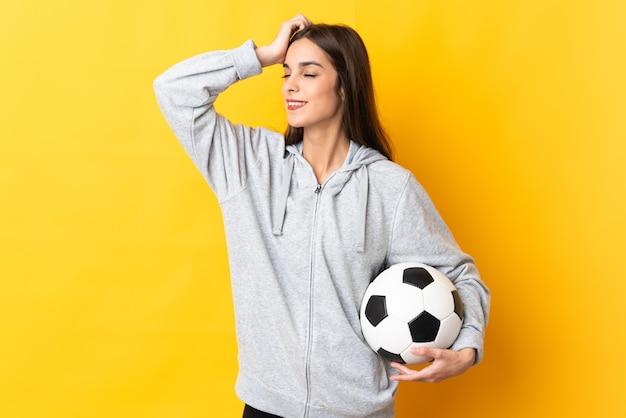 Mulher jovem jogador de futebol amarelo sorrindo muito