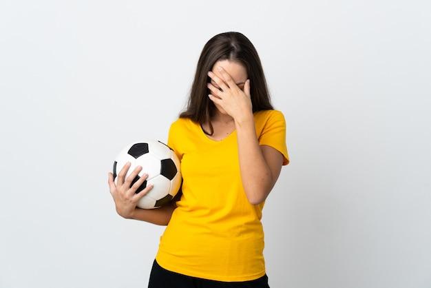 Mulher jovem jogador de futebol em uma parede branca isolada com expressão de cansaço e doentia