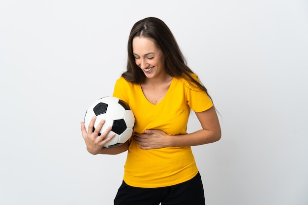 Mulher jovem jogador de futebol em uma parede branca isolada sorrindo muito
