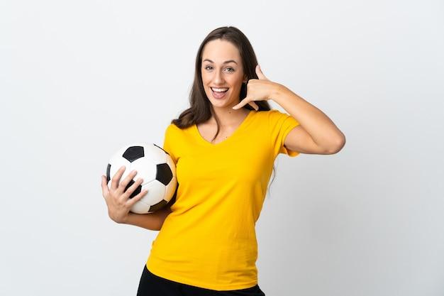 Mulher jovem jogador de futebol sobre fundo branco isolado, fazendo gesto de telefone. ligue-me de volta sinal
