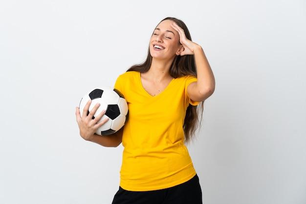 Mulher jovem jogador de futebol sobre fundo branco isolado sorrindo muito