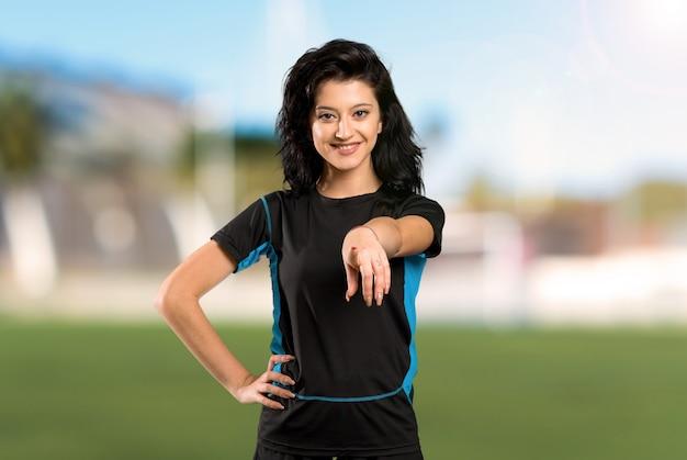 Mulher jovem jogador de futebol