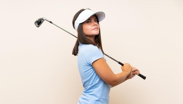 Mulher jovem jogador de golfe sobre parede isolada