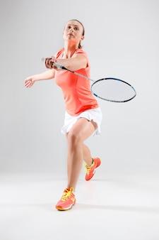 Mulher jovem, jogando badminton