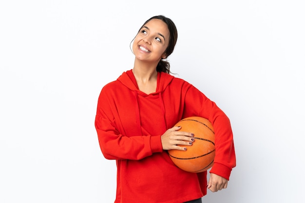 Mulher jovem jogando basquete isolada