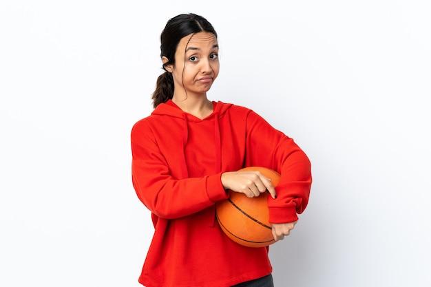 Mulher jovem jogando basquete sobre fundo branco isolado fazendo o gesto de se atrasar