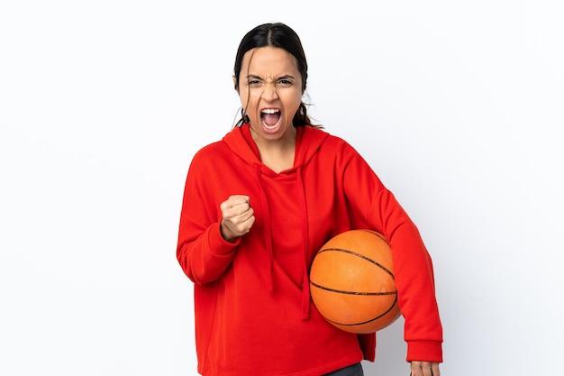 Mulher jovem jogando basquete sobre um fundo branco isolado, frustrada com uma situação ruim