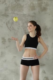 Mulher jovem jogando maçã