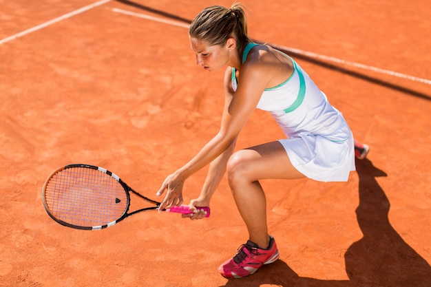 Mulher jovem, jogando tênis