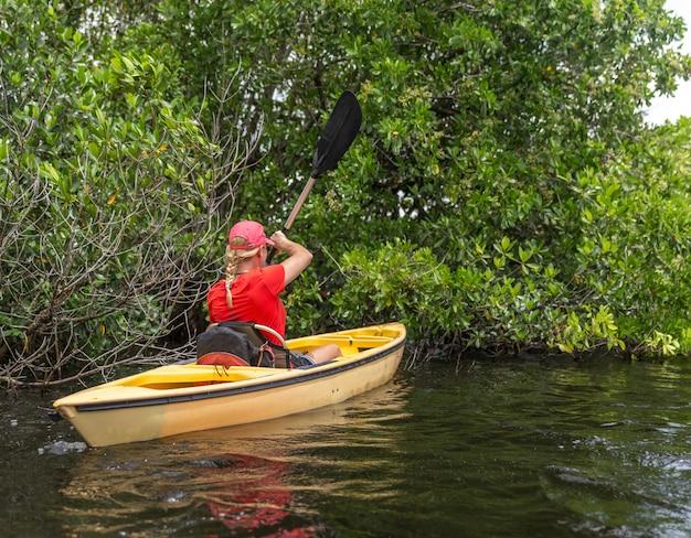 Mulher jovem, kayaking, em, parque nacional everglades