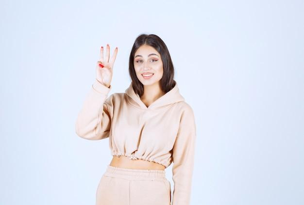 Mulher jovem levantando a mão para ser notada