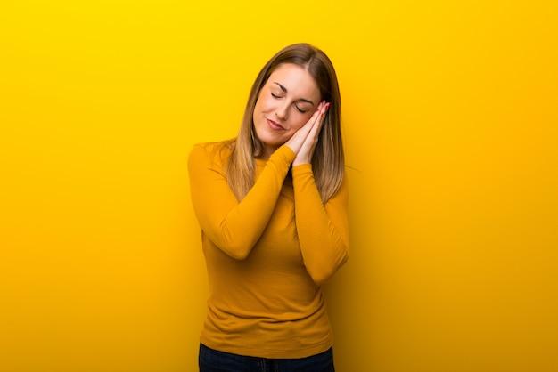 Mulher jovem, ligado, experiência amarela, fazer, sono, gesto, em, dorable, expressão