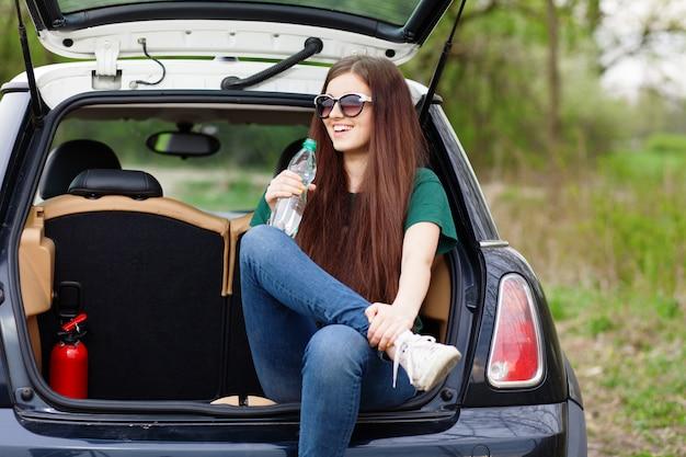 Mulher jovem, ligado, um, viagem estrada