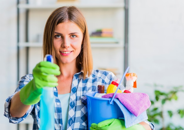 Mulher jovem, limpeza, a, casa