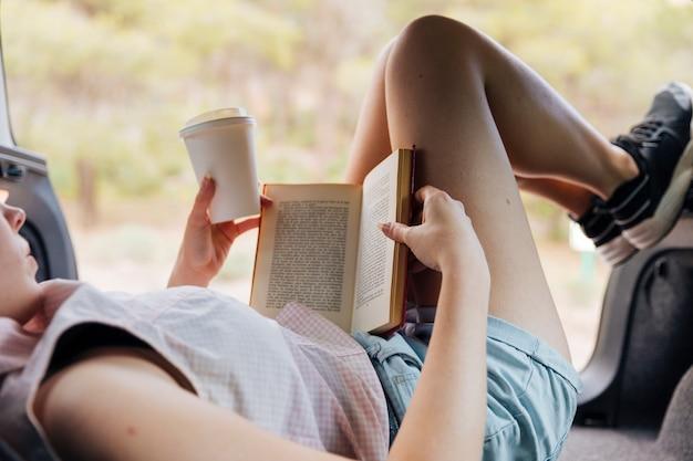 Mulher jovem, livro leitura, ligado, descanso