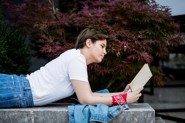 Mulher jovem, livro leitura, mentindo, ligado, parapet