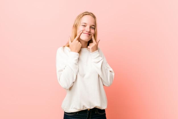 Mulher jovem loira adolescente duvidando entre duas opções.