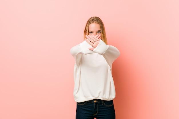 Mulher jovem loira adolescente fazendo um gesto de negação