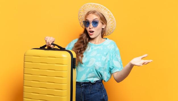 Mulher jovem loira. férias ou conceito de viagens