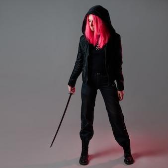 Mulher jovem lutadora ninja futurista estilo techno cyber punk com cabelo rosa