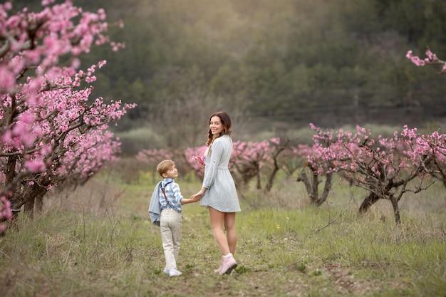Mulher jovem mãe desfrutando de tempo livre com seu filho bebê menino