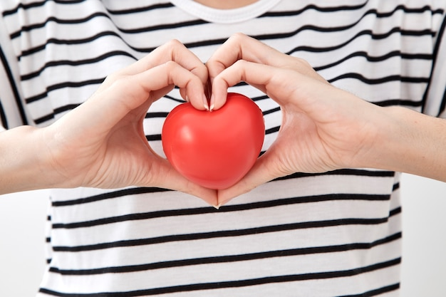 Mulher jovem, mão, mostrando, vermelho, coração