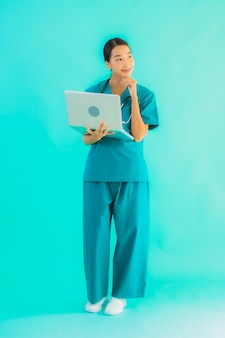 Mulher jovem médico asiático com laptop