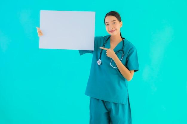 Mulher jovem médico asiático com placa de papel vazia