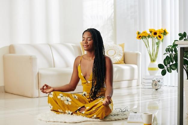 Mulher jovem meditando